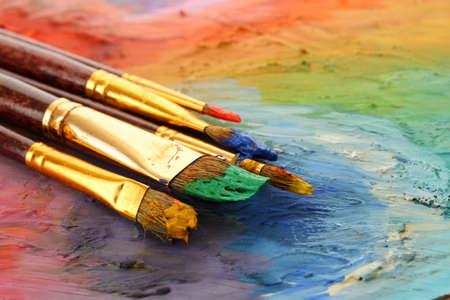 acrylverf en penselen op houten palet Stockfoto