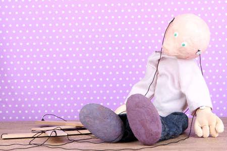 marioneta de madera: Marioneta de madera que se sienta en el fondo de lunares