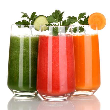 jugos: Jugo de vegetales frescos aislados en blanco