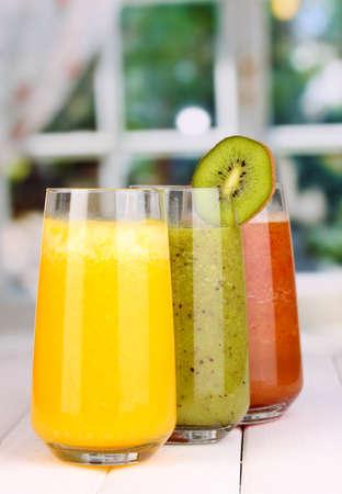 frische Fruchtsäfte auf Holztisch, auf Fenster-Hintergrund Standard-Bild