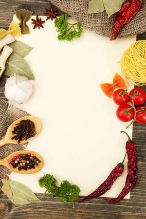 culinaire: papier pour les l�gumes et les �pices, recettes sur table en bois