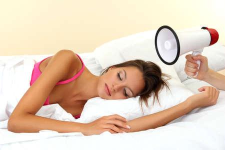 loudhailer: mujer joven hermosa y fuerte en el dormitorio-hailer
