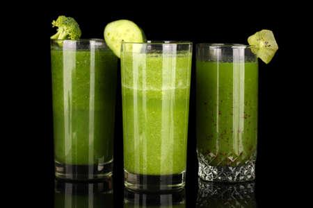 jugo verde: Tres tipos de jugo verde aislado en negro Foto de archivo
