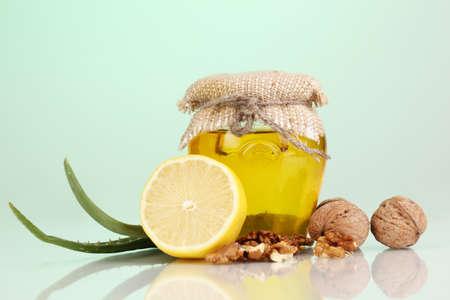inmunidad: Ingredientes saludables para el fortalecimiento de la inmunidad en fondo verde