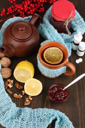 inmunidad: �til t� con mermelada de inmunidad en la mesa de madera de cerca Foto de archivo