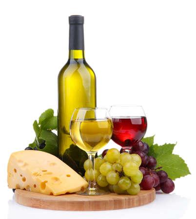 vinos y quesos: botella y las copas de vino, variedad de uva y el queso aislado en blanco Foto de archivo