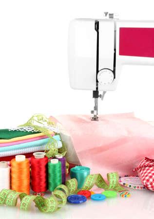 maquina de coser: m�quina de coser y tela aislado en blanco Foto de archivo