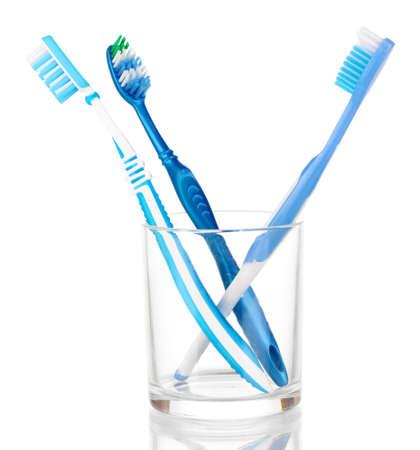 fluoride: Cepillos de dientes en el vidrio aislado en blanco