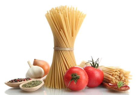 Espaguetis pasta, verduras y especias, aislados en blanco Foto de archivo