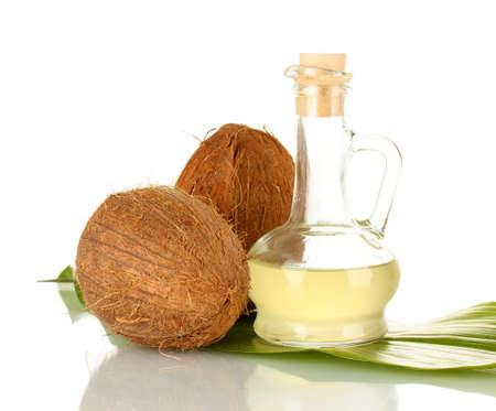 aceite de coco: jarra con aceite de coco y el coco aislado en blanco