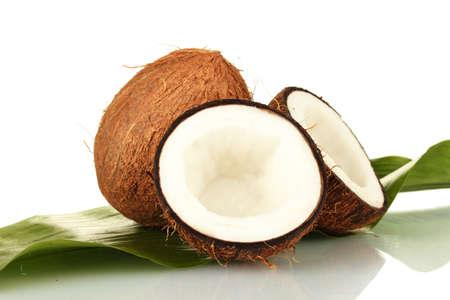 coco: cocos con hoja verde sobre fondo blanco close-up Foto de archivo