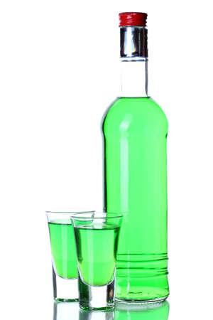 ajenjo: gafas de botella y dos de absenta aislado en blanco