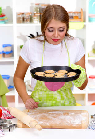 Cocinar Galletas | Una Chica Joven En La Cocina Durante Cocinar Galletas Fotos