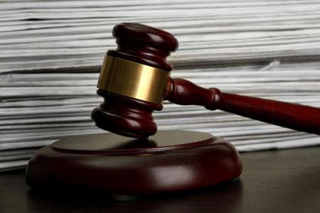 legal document: martillo en fondo papeles viejos