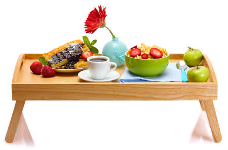 buena salud: desayuno ligero en la bandeja de madera aislado en blanco