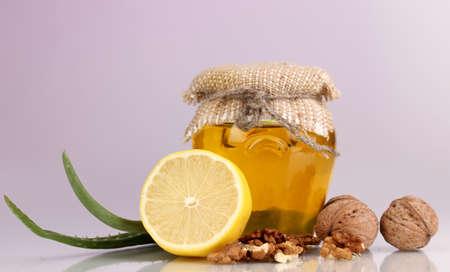 inmunidad: Ingredientes saludables para el fortalecimiento de la inmunidad en el fondo p�rpura