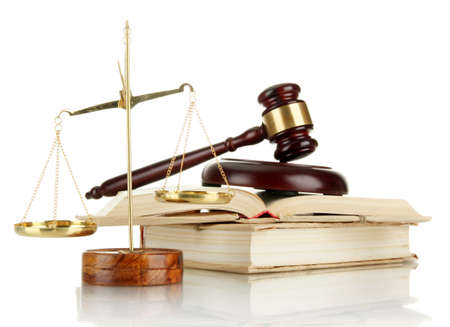 Scale d'oro della giustizia, martelletto e libri isolati su bianco