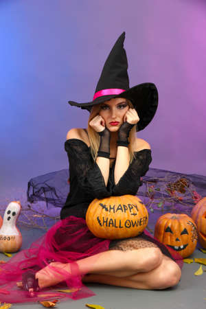 Bruja de Halloween calabaza celebraci�n sobre fondo de color photo