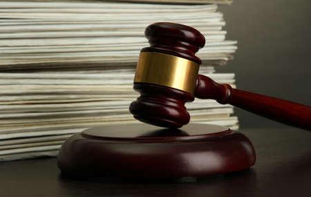 legal document: martillo y papeles viejos en fondo gris