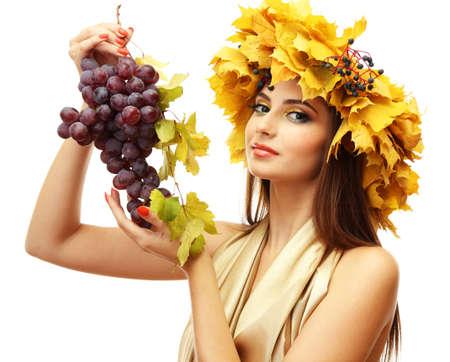 흰색에 고립 된 노란색 가을 화환, 포도와 아름 다운 젊은 여자