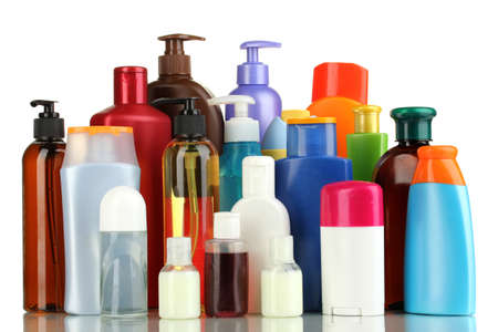 aseo personal: Una gran cantidad de diferentes productos cosm�ticos para el cuidado personal aislado en blanco