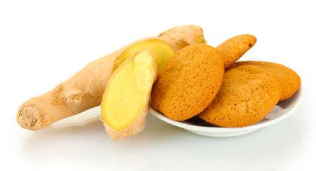 galletas de jengibre: Galletas de jengibre con la ra�z de jengibre fresco aislado en blanco