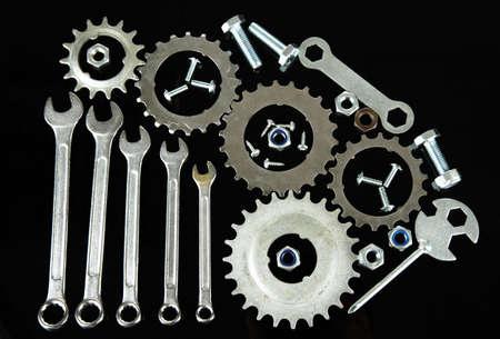 tuercas y tornillos: Nueces del engranaje de la m�quina, ruedas dentadas de metal, y los pernos aislados en negro