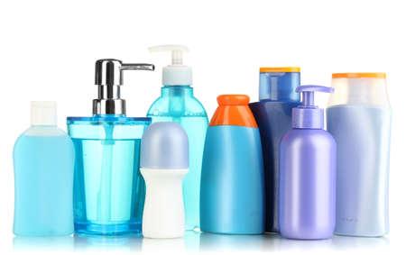 aseo personal: Una gran cantidad de diferentes productos cosméticos para el cuidado personal aislado en blanco