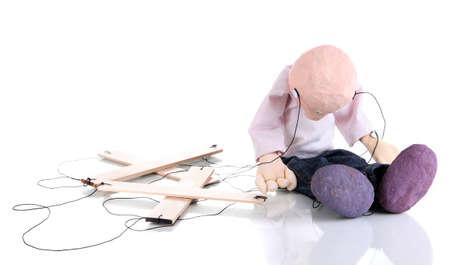 marioneta de madera: Mu�eco de madera sentado aisladas sobre fondo blanco Foto de archivo