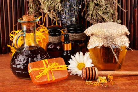 soap: ingredientes para la fabricaci�n de jab�n sobre fondo marr�n Foto de archivo