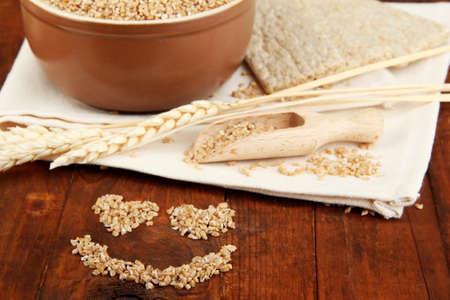 テーブルの上の小麦ふすま