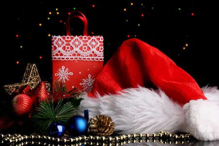 Composición de Año Nuevo de la decoración del Año Nuevo y los regalos en Navidad luces de fondo Foto de archivo - 17001068