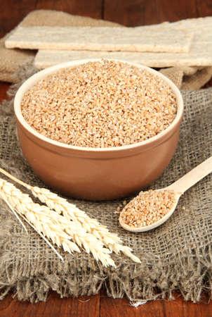 テーブルの上に小麦ふすま