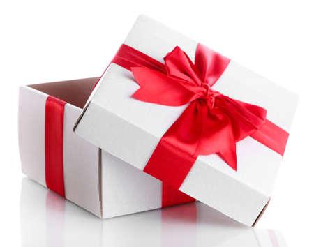 gift box met rood lint, geïsoleerd op wit Stockfoto