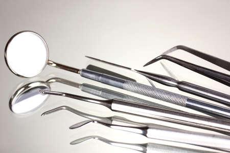 Conjunto de herramientas dentales para dientes importa aislado sobre fondo gris photo