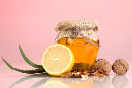 укрепление: Здоровые ингредиенты для укрепления иммунитета на красном фоне