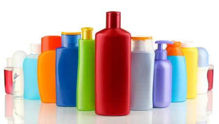 productos de aseo: Una gran cantidad de diferentes productos cosméticos para el cuidado personal aislado en blanco