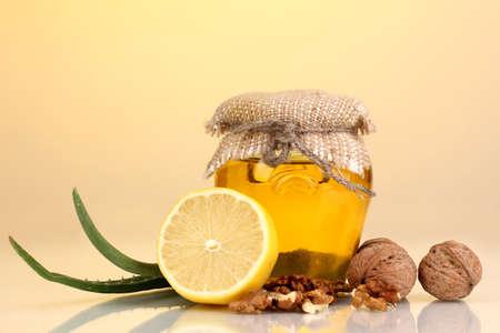 укрепление: Здоровые ингредиенты для укрепления иммунитета на желтом фоне