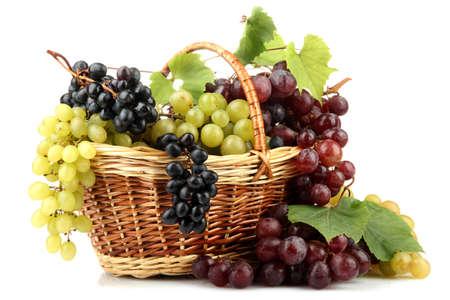 canastas con frutas: variedad de uvas maduras dulces en la cesta, aislado en blanco Foto de archivo