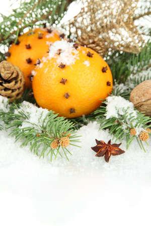 Navidad composici�n con las naranjas y el �rbol de abeto, aislado en blanco photo
