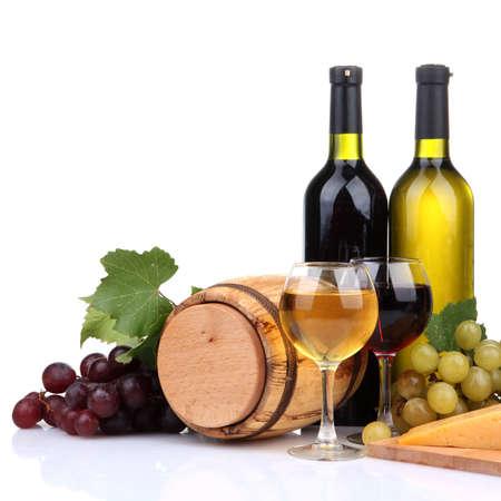 Barrel, bottiglie e bicchieri di vino, formaggio e uva, isolato su bianco Archivio Fotografico
