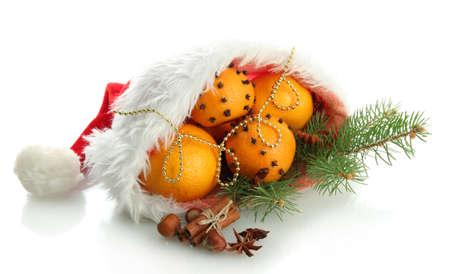 composici�n Navidad con naranjas y el �rbol de abeto en el sombrero de Pap� Noel, aislado en blanco photo