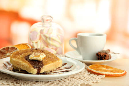 Pan blanco tostado con chocolate y una taza de caf� en la cafeter�a photo