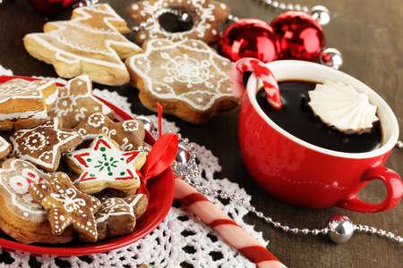 galletas de navidad: Regalos de Navidad en el plato y la taza de café sobre la mesa de madera de cerca Foto de archivo
