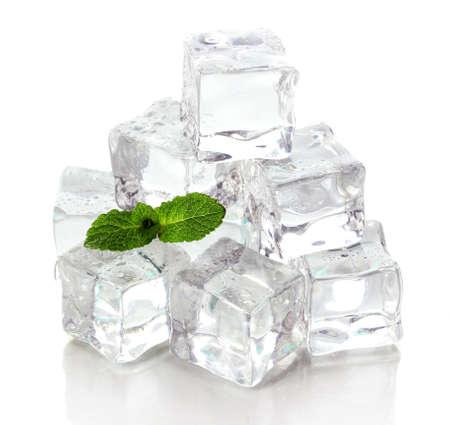 cubetti di ghiaccio: Ghiaccio con menta isolato su bianco Archivio Fotografico
