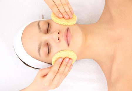 ansikts: Ung kvinna i spa salong