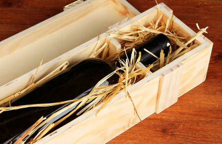 packer: Wooden case with wine bottle on table
