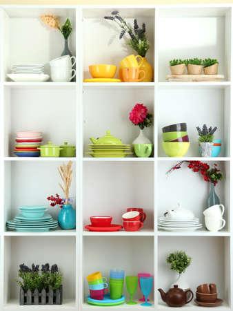 瀬戸物: 美しい白い棚、食器、装飾