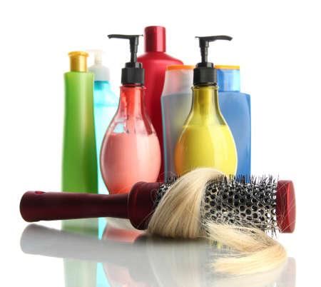 champu: cepillo de peine con el cabello y cosm�ticos botellas, aislado en blanco