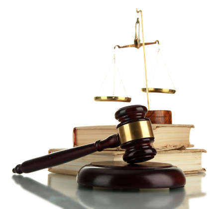 legal document: Escamas de oro de la justicia, martillo y los libros aislados en blanco